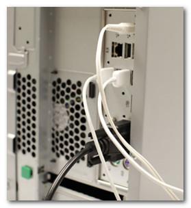Кабели, подключенные на задней панели системного блока